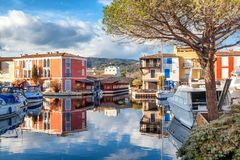 Ζωηρόχρωμη πόλη στο νερό, λιμένας Grimaud, CÃ'te δ ` Azur, φράγκο Στοκ Εικόνες