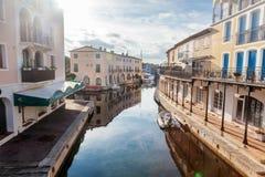 Ζωηρόχρωμη πόλη στο νερό, λιμένας Grimaud, CÃ'te δ ` Azur, φράγκο Στοκ Φωτογραφίες