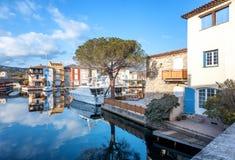 Ζωηρόχρωμη πόλη στο νερό, λιμένας Grimaud, CÃ'te δ ` Azur, φράγκο Στοκ Εικόνα