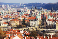 Ζωηρόχρωμη πόλη της Πράγας φθινοπώρου με τους πύργους του Στοκ Φωτογραφίες