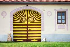 Ζωηρόχρωμη πύλη Holasovice στο σπίτι, Τσεχία στοκ εικόνες