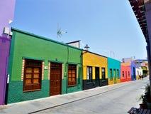 Ζωηρόχρωμη σειρά σπιτιών σε μια από τις συχνά επισκεμμένες οδούς Puerto de Λα Cruze Στοκ φωτογραφία με δικαίωμα ελεύθερης χρήσης