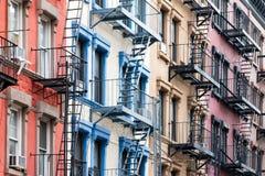 Ζωηρόχρωμη σειρά των κτηρίων στην πόλη NYC της Νέας Υόρκης Greenwich Village Στοκ εικόνα με δικαίωμα ελεύθερης χρήσης