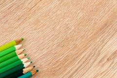 Ζωηρόχρωμη σειρά των μανδρών στον ξύλινο πίνακα Στοκ Φωτογραφίες