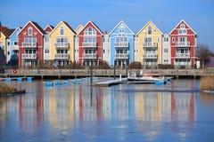 Ζωηρόχρωμη σειρά των σπιτιών στον ποταμό Ryck σε Greifswald, Γερμανία Στοκ Φωτογραφία
