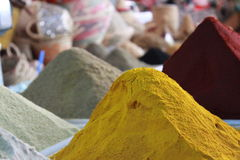 Ζωηρόχρωμη σειρά των dirrerent καρυκευμάτων στην αγορά, Αγαδίρ, Μαρόκο Στοκ φωτογραφία με δικαίωμα ελεύθερης χρήσης