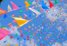 Ζωηρόχρωμη σημαία με το μπλε ουρανό Στοκ φωτογραφίες με δικαίωμα ελεύθερης χρήσης
