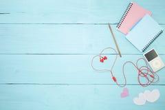 Ζωηρόχρωμη σημείωση εγγράφου με το μολύβι και το φορέα μουσικής, κόκκινο ακουστικό ο Στοκ φωτογραφίες με δικαίωμα ελεύθερης χρήσης