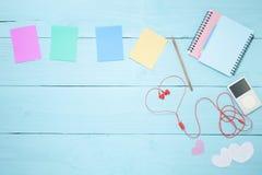 Ζωηρόχρωμη σημείωση εγγράφου με το μολύβι και το φορέα μουσικής, κόκκινο ακουστικό ο Στοκ Εικόνες