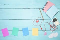 Ζωηρόχρωμη σημείωση εγγράφου με το μολύβι και το φορέα μουσικής, κόκκινο ακουστικό ο Στοκ φωτογραφία με δικαίωμα ελεύθερης χρήσης