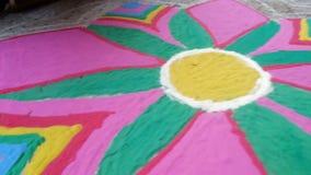 Ζωηρόχρωμη σκόνη που διαμορφώνει το rangoli που χρησιμοποιείται για τη διακόσμηση κατά τη διάρκεια του φεστιβάλ ή τον εορτασμό απόθεμα βίντεο