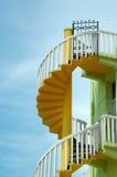 Ζωηρόχρωμη σπειροειδής σκάλα με μια πύλη Στοκ φωτογραφία με δικαίωμα ελεύθερης χρήσης