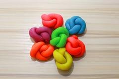 Ζωηρόχρωμη στενή επάνω εικόνα playdough στον ξύλινο πίνακα Στοκ Φωτογραφίες