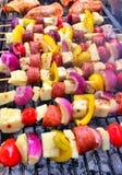 Ζωηρόχρωμη σχάρα kebabs στοκ εικόνα