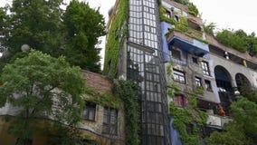 Ζωηρόχρωμη σύγχρονη αρχιτεκτονική του σπιτιού Hundertwasser απόθεμα βίντεο