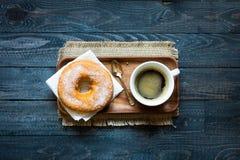 Ζωηρόχρωμη σύνθεση προγευμάτων Donuts και καφέ με τις διαφορετικές μορφές χρώματος στοκ φωτογραφία με δικαίωμα ελεύθερης χρήσης