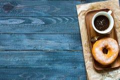 Ζωηρόχρωμη σύνθεση προγευμάτων Donuts με τις διαφορετικές μορφές χρώματος στοκ εικόνα