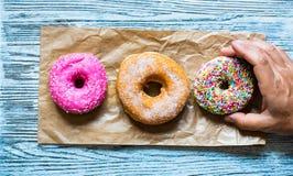 Ζωηρόχρωμη σύνθεση προγευμάτων Donuts με τις διαφορετικές μορφές χρώματος στοκ εικόνα με δικαίωμα ελεύθερης χρήσης