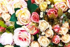 Ζωηρόχρωμη σύσταση τεχνητών λουλουδιών, υπόβαθρο Στοκ Εικόνες