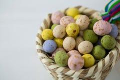 ζωηρόχρωμη λυγαριά αυγών Πά& Στοκ εικόνες με δικαίωμα ελεύθερης χρήσης