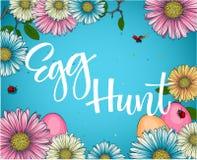 Ζωηρόχρωμη φράση καλλιγραφίας κυνηγιού αυγών Πάσχας με το floral και ντεκόρ αυγών απεικόνιση αποθεμάτων