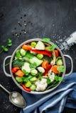 Ζωηρόχρωμη φρέσκια σαφής σούπα άνοιξη - χορτοφάγο απόθεμα Στοκ Φωτογραφία