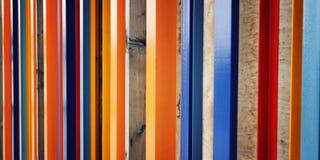 Ζωηρόχρωμη φραγή Επαναλαμβανόμενοι ξύλινοι φραγμοί ηλικίας φωτογραφία Στοκ Φωτογραφία