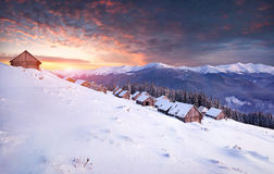 Ζωηρόχρωμη χειμερινή ανατολή στα βουνά Στοκ Εικόνα