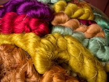 Ζωηρόχρωμη χρωστική ουσία μεταξιών νημάτων από το φυσικό χρώμα, θόριο βιοτεχνίας μεταξιού Στοκ φωτογραφία με δικαίωμα ελεύθερης χρήσης