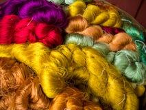 Ζωηρόχρωμη χρωστική ουσία μεταξιών νημάτων από το φυσικό χρώμα, θόριο βιοτεχνίας μεταξιού Στοκ φωτογραφίες με δικαίωμα ελεύθερης χρήσης
