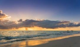Ζωηρόχρωμη ωκεάνια ανατολή παραλιών - τροπική παραλία Στοκ φωτογραφία με δικαίωμα ελεύθερης χρήσης