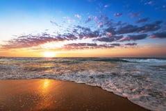 Ζωηρόχρωμη ωκεάνια ανατολή παραλιών Στοκ εικόνες με δικαίωμα ελεύθερης χρήσης