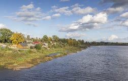 Ζωηρόχρωμη όχθη ποταμού φθινοπώρου σε Jekabpils, Λετονία Στοκ φωτογραφία με δικαίωμα ελεύθερης χρήσης