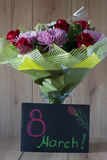 Ζωηρόχρωμη Vernal ρύθμιση ανθοδεσμών λουλουδιών ημέρας της γυναίκας Μαρτίου στο βάζο - ευχετήρια κάρτα Στοκ Φωτογραφίες