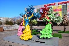Ζωηρόχρωμοι αριθμοί που χαρακτηρίζουν τις χορεύοντας γυναίκες σε Astana Στοκ εικόνα με δικαίωμα ελεύθερης χρήσης