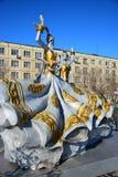Ζωηρόχρωμοι αριθμοί που χαρακτηρίζουν τις χορεύοντας γυναίκες σε Astana Στοκ Εικόνα