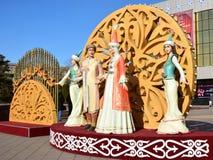 Ζωηρόχρωμοι αριθμοί που χαρακτηρίζουν τις χορεύοντας γυναίκες σε Astana Στοκ φωτογραφία με δικαίωμα ελεύθερης χρήσης