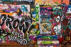 Ζωηρόχρωμοι βήματα και τοίχος στη γρήγορη πόλη στοκ εικόνα