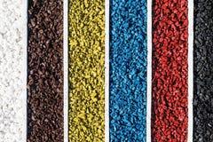 Ζωηρόχρωμοι βράχοι στο ξύλινο κιβώτιο, χρώμα πετρών αμμοχάλικου δεξαμενών ψαριών ενυδρείων τέχνης Στοκ Εικόνα