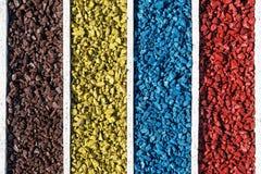 Ζωηρόχρωμοι βράχοι στο ξύλινο κιβώτιο, χρώμα πετρών αμμοχάλικου δεξαμενών ψαριών ενυδρείων τέχνης Στοκ φωτογραφία με δικαίωμα ελεύθερης χρήσης