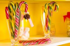 Ζωηρόχρωμοι εορταστικοί κάλαμοι καραμελών στα βάζα γυαλιού Στοκ εικόνες με δικαίωμα ελεύθερης χρήσης