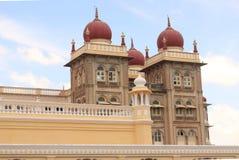 Ζωηρόχρωμοι και όμορφοι θόλοι του παλατιού του Mysore στοκ εικόνες με δικαίωμα ελεύθερης χρήσης