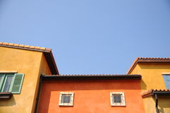 Ζωηρόχρωμοι κτήριο και μπλε ουρανός Στοκ Εικόνες