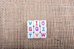 Ζωηρόχρωμοι κύβοι επιστολών αλφάβητου σε έναν καμβά Στοκ εικόνα με δικαίωμα ελεύθερης χρήσης