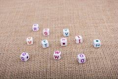 Ζωηρόχρωμοι κύβοι επιστολών αλφάβητου σε έναν καμβά Στοκ φωτογραφία με δικαίωμα ελεύθερης χρήσης