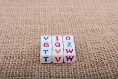 Ζωηρόχρωμοι κύβοι επιστολών αλφάβητου σε έναν καμβά Στοκ Εικόνες
