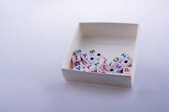 Ζωηρόχρωμοι κύβοι επιστολών αλφάβητου σε ένα κιβώτιο Στοκ φωτογραφία με δικαίωμα ελεύθερης χρήσης