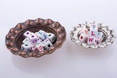 Ζωηρόχρωμοι κύβοι επιστολών αλφάβητου σε ένα πιάτο Στοκ εικόνες με δικαίωμα ελεύθερης χρήσης