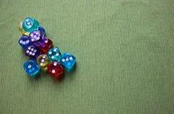 Ζωηρόχρωμοι κύβοι πόκερ στοκ εικόνες με δικαίωμα ελεύθερης χρήσης