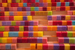 Ζωηρόχρωμοι κύβοι σαπουνιών στα διαφορετικά χρώματα με τα κεφαλαία γράμματα. Στοκ φωτογραφία με δικαίωμα ελεύθερης χρήσης